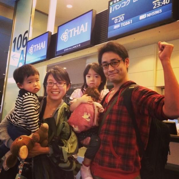 羽田空港で眠そうな子供たちと、テンションが上ってる親