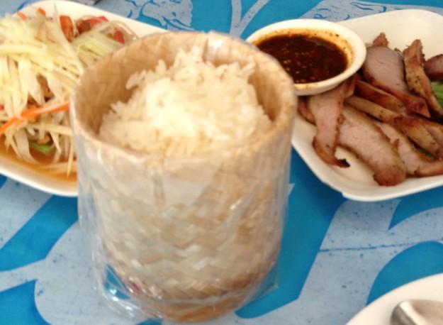 もち米、豚の喉の肉、サラダ