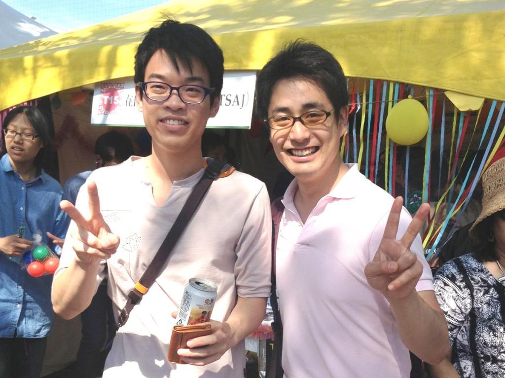 在日タイ人留学生協会のビックさんと。ピースするんですね。